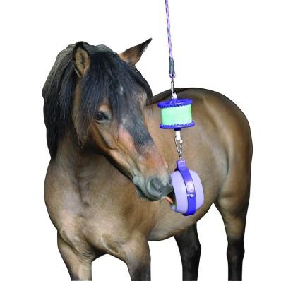 jouet-gourmand-pour-chevaux-a-suspendre-au-box-boredom-buster.jpg